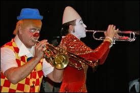 Chez les clowns, il y a deux grandes catégories : les clowns blancs (sérieux et tout et tout) et puis les autres aux chaussures et aux pantalons trop grands, au maquillage coloré : ce sont les ----------------.