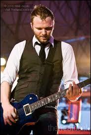 Qui est l'ancien guitariste du groupe parti au mois d'avril 2011 ?