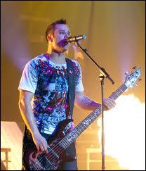 Qui est le bassiste et chanteur principal du groupe ?