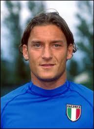 Encore un italien fidèle... à son club de foot ! C'est Francesco Totti qui est un grand buteur pour l'équipe de...