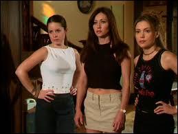 Dans quelle série retrouve-t-on Phoebe, Prue et Piper ?