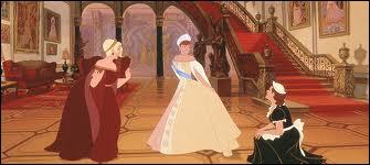 Lorsqu'Anya sort de la boutique Chanel, de quelle couleur est sa robe ?