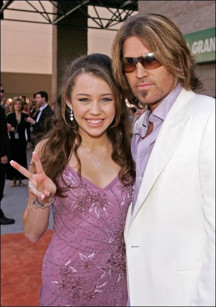 Qui est le monsieur à côté de Miley ?