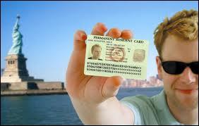Pour pouvoir vivre aux USA, on a besoin d'une ''Green Card'' . Dans le film intitulé ainsi, quel acteur français donne la réplique à Andie MacDowell ?