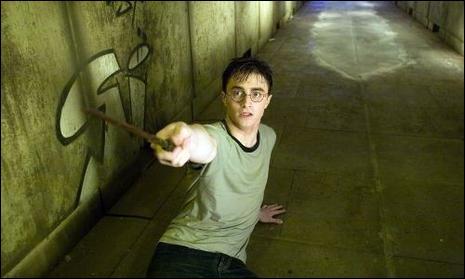 Sur qui Harry pointe-t-il sa baguette ?