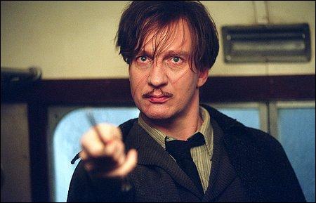 Sur qui le professeur Lupin pointe-t-il sa baguette ?
