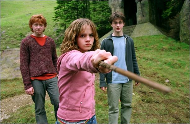 Sur qui Hermione pointe-t-elle sa baguette ?