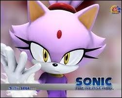 C'est une chatte qui vient d'un autre monde. Elle est violette, porte une veste et un pantalon. Comment s'appelle cette superbe chatte ?