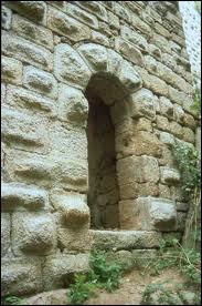 Comment appelle-t-on cette petite porte dérobée pratiquée dans une muraille ?