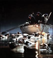 Quel officier est revenu avec un canot vide pour sauver les personnes dans l'eau ?