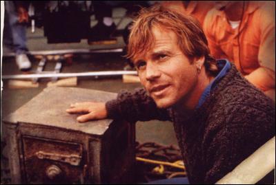 Lorsque Brock Lovett remonte le coffre sur le bateau, le collier n'est pas dans le coffre. Lewis Bodine dit qu'il est arrivé la même chose à :