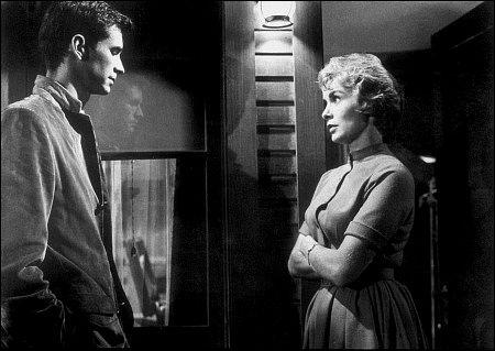 Norman Bates, psychopathe considéré comme guéri, regagne le motel qu'il tenait autrefois dans l'Arizona et en reprend la direction. Mais est-il vraiment délivré de ses pulsions ?