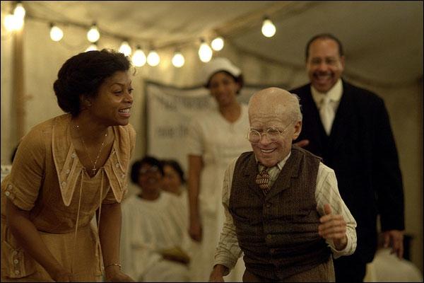 Ce film, adapté d'une nouvelle de Francis Scott Fizgerald, raconte l'histoire d'un homme qui naquit à 80 ans et vécut sa vie à l'envers, sans pouvoir changer le cours du temps.