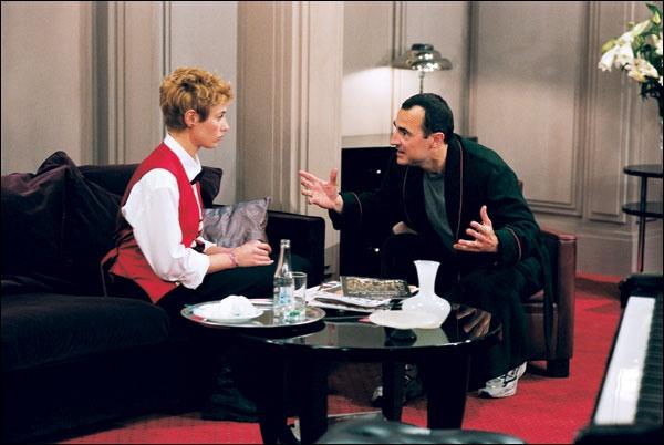 Au Bar des Théâtres, petit café resté l'âme du vieux Paris, tous les personnages de ce film et d'autres vont se croiser, se retrouver, se reconnaître, se séparer, s'aimer aussi.