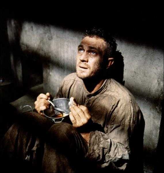 Condamné au bagne de Cayenne pour un meurtre qu'il n'a pas commis, son seul espoir est l'évasion. Après plusieurs tentatives, il réussira à s'échapper sur un simple sac de noix de coco.