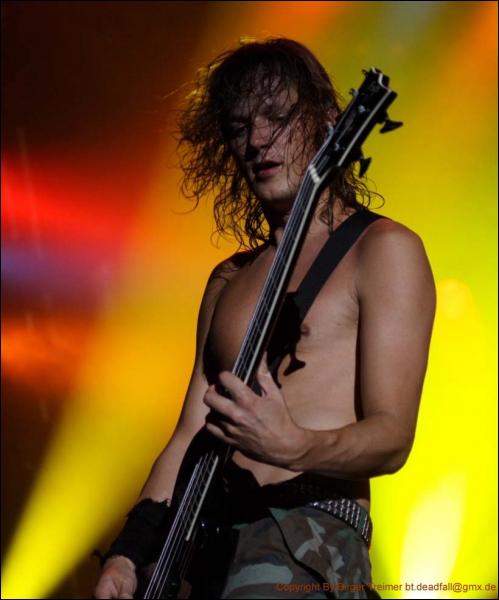 Dans quel groupe joue ce bassiste ?