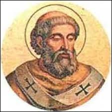 Pépin le Bref, tout comme son père Charles Martel, exerçait la fonction de roi sans en avoir le titre. A quel pape demande-t-il l'autorisation de mettre fin au règne décadent des Mérovingiens ?