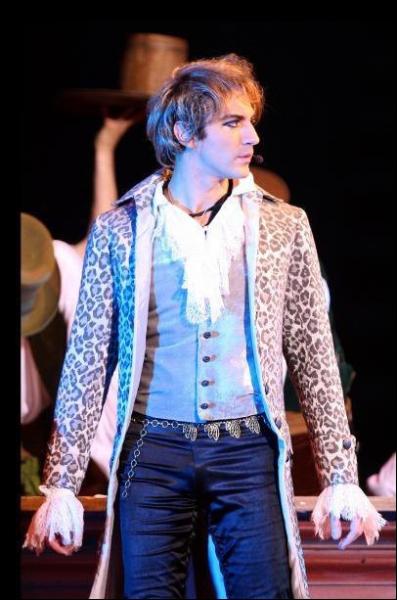 Mikelangelo porte cette tenue lorsqu'il chante  Le trublion  et  Je dors sur des roses .