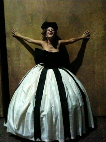 Pour quelle chanson Maéva porte-t-elle cette robe ?