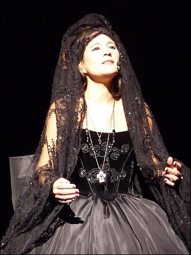 Pour quelle chanson, Maéva porte-t-elle cette deuxième robe ?