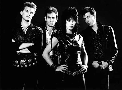 And I could tell it wouldn't be long / Till he was with me, yeah me, singin' (« I Love Rock'n'Roll », interprété par Joan Jett & the Blackhearts)