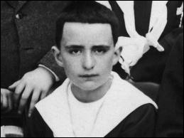 Qui est cet adolescent le jour de sa première communion ?