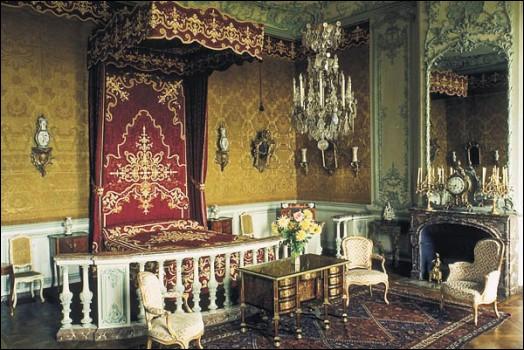 Madame de Pompadour est décédée à Versailles à l'âge de 42 ans, d'une congestion pulmonaire. Quelle particularité s'attache à son décès ?