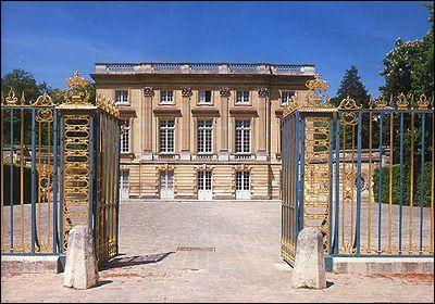 C'est sur une suggestion de madame de Pompadour que fut construit un domaine dans le parc du château de Versailles, domaine dont Marie-Antoinette fit, plus tard, un lieu personnel. Il s'agit...