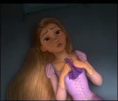 Lorsque Raiponce comprend qu'elle est la princesse disparue, sur quoi se cogne-t-elle ?