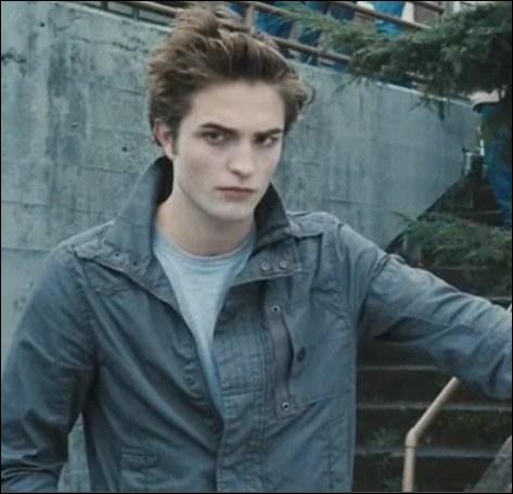 Pourquoi Edward s'est-il écarté quand Bella est arrivée en cours de biologie ?