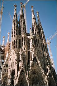 La cathédrale ''Sagrada Família'' commencée par Antoni Gaudí mais toujours inachevée est pourtant le monument le plus célèbre de...