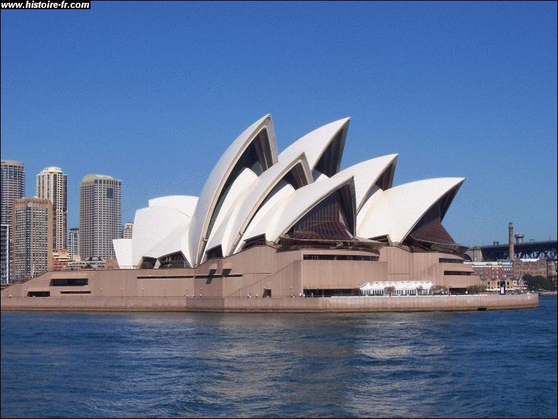 Emblématique de l'Australie, cet opéra fait penser à des voiles de bateaux ou à des coquillages. Il est construit dans la ville de...