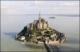 Un petit tour en France par l'abbaye du Mont-Saint-Michel qui se trouve...