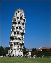 La tour de Pise se trouve à... Pise. Bravo ! Elle penche à droite ou à gauche, ça dépend de quel côté on arrive. Quel scientifique y mena des expériences sur la chute des corps ?