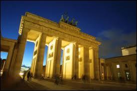 Berlin, au bout de l'avenue Unter der Linden (sous les tilleuls) se dresse la porte de Brandebourg. Du haut de ses 26 mètres, parade une statue de la Victoire tirée par...