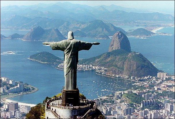 La statue du Christ rédempteur de Rio de Janeiro mesure 38 mètres. Elle pose l'ombre de ses bras écartés sur la ville. Elle se dresse à quel endroit ?