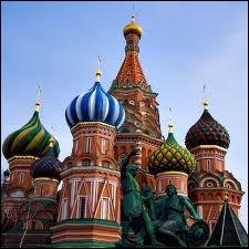 Sur la place Rouge à Moscou, se trouve le Kremlin et juste à côté, la basilique aux dômes caractéristiques :