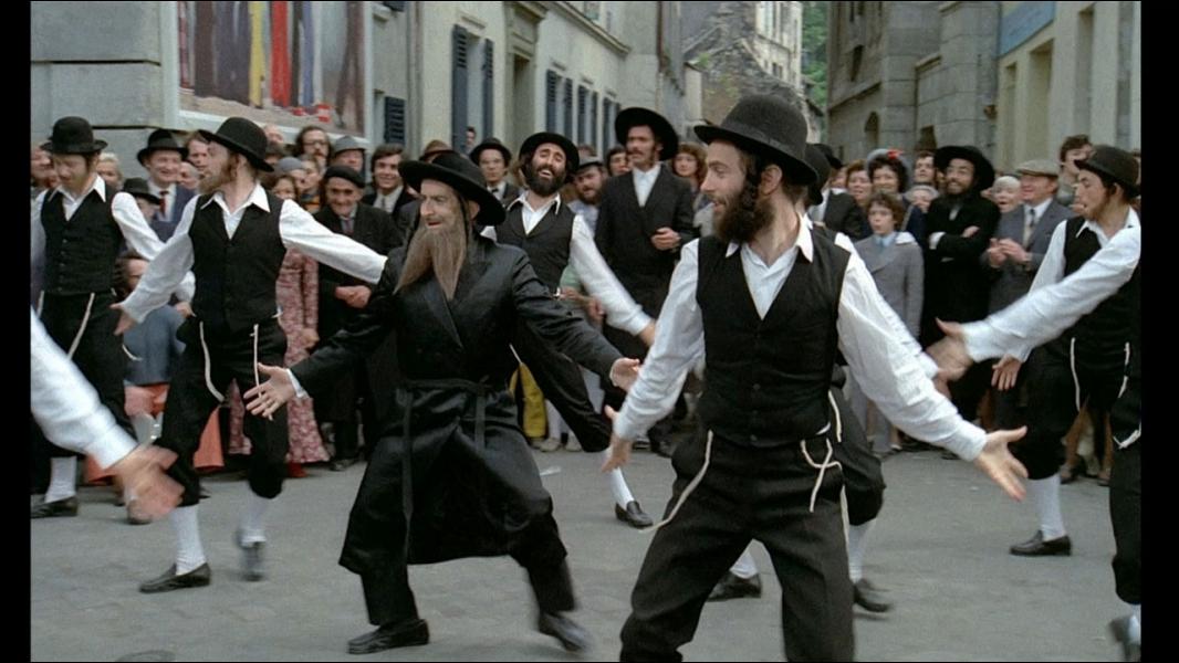A la suite d'un quiproquo, un homme d'affaires se trouve confronté malgré lui à un règlement de comptes entre terroristes d'un pays arabe. Afin de les semer, il se déguise en rabbin.