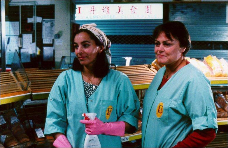 Responsable d'une unité de nettoyage dans un supermarché, elle est obsédée par le travail bien fait et mène son petit groupe de femmes, pour la plupart immigrées, avec poigne.