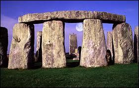 Les pierres suspendues de Stonehenge sont l'ensemble mégalithique le plus célèbre. Ce lieu a marqué l'imagination des hommes car tous les ans s'y déroule une cérémonie avec des...