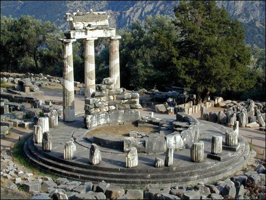 À Delphes, au pied du Mont Parnasse (près de la gare) se dressait le temple d'Apollon où on pouvait consulter les oracles de...