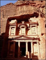 La Khazneh à Pétra (Jordanie) est le monument le plus connu de cette cité troglodytique. Vous l'avez vue dans la scène finale du film...