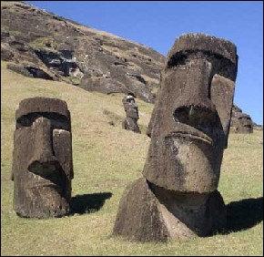 On connait mieux l'île chilienne de Rapa Nui sous le nom d'île de Pâques. Il s'y trouve de bien étranges statues (à peu près 900) appelées moaï. La plupart d'entre elles ont le regard tourné vers...
