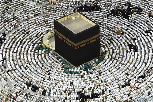 Les musulmans se tournent vers elle cinq fois par jour pour prier. Cette pierre noire cubique est la Kaaba. Lors du pèlerinage à la Mecque, le Hajj doit en faire le tour ------- fois.