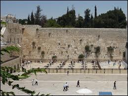 À Jérusalem, le ''Mur des Lamentations'' est un lieu sacré pour les juifs qui viennent y déposer des feuillets avec leurs souhaits. Ce mur est un vestige du Temple de...