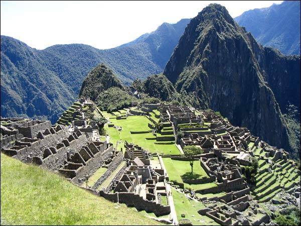 Au Pérou, nichée sur les sommets des Andes, se trouve Machu Picchu. Ces mots signifient ''vieille montagne'' mais le site fut aussi surnommé : ''Cité perdue des ----------'' .