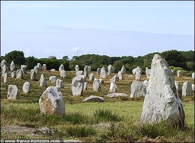 Ce petit village breton doit sa renommée mondiale à des alignements de menhirs.