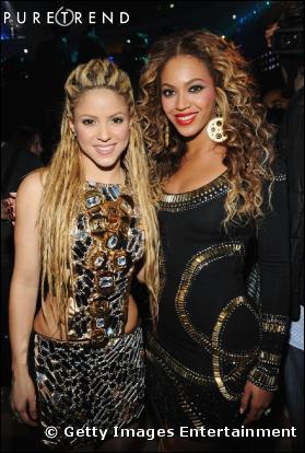 Qui est à coté de Shakira ?