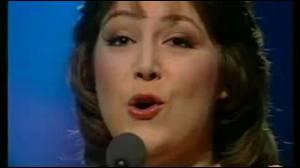 Quel est le nom de cette chanteuse interprétant sur scène la chanson  L'oiseau et l'enfant , classée numéro 13 du top 50 dans les années 1970 ?