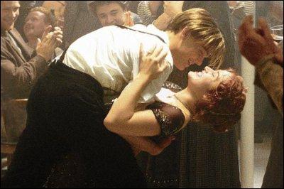 Rose dit à Tony :  Alors, tu veux jouer les gros bras ? Regarde un peu ça !  . Que fait-elle ensuite ?